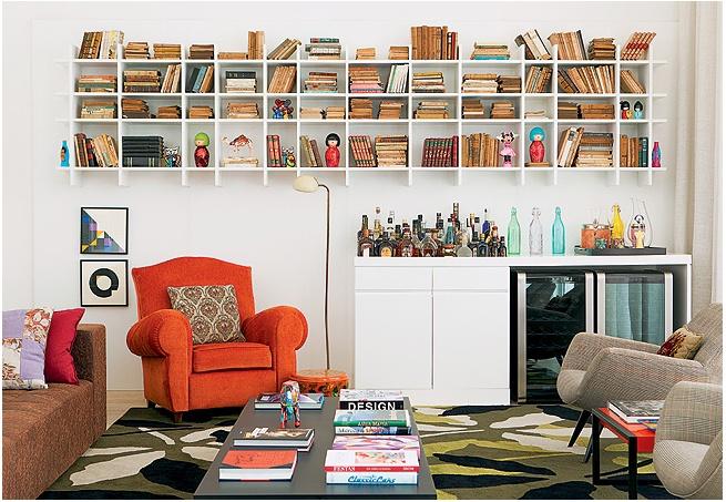 Livros não têm de ficar escondidos. Logo, a arquiteta Mariana Viegas criou a estante com portas de vidro para a sala de jantar. Alem de expor, a peça protege os exemplares