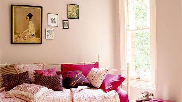 Kamers waar niet veel natuurlijk daglicht binnendringt  In kamers waarin niet veel zonlicht binnendringt gedurende de dag kan het soms wat koud zijn. Het is dan een goed idee om warme tinten te kiezen zodat de kamer niet meer zo koel aanvoelt. Gebrand oranje of rijke goudtinten geven de kamer een warme uitstraling, net als neutrale tinten met rode ondertonen.