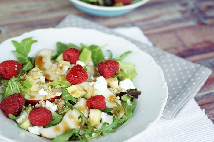 Heute gibt's von mir daher einen lecker fruchtigen Quinoa Salat mit Himbeeren mit Olivenöl-Honig-Balsamico-Dressing der super schnell gemacht ist