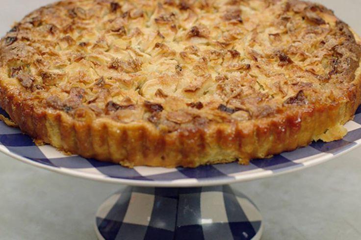 Er gaat niets boven een versgebakken super-de-luxe-appeltaart. Jeroen vult een stevige bodem van bladerdeeg met een zoete amandelmix met rozijnen, vanille en een snuifje kaneel. Erbovenop komen appelblokjes, die zoet gepaneerd zijn. Na een geduldige bakbeurt kan je de appel-amandeltaart koud serveren bij een kop koffie of maak er een lauw-warm dessert van met schepijs naar keuze.