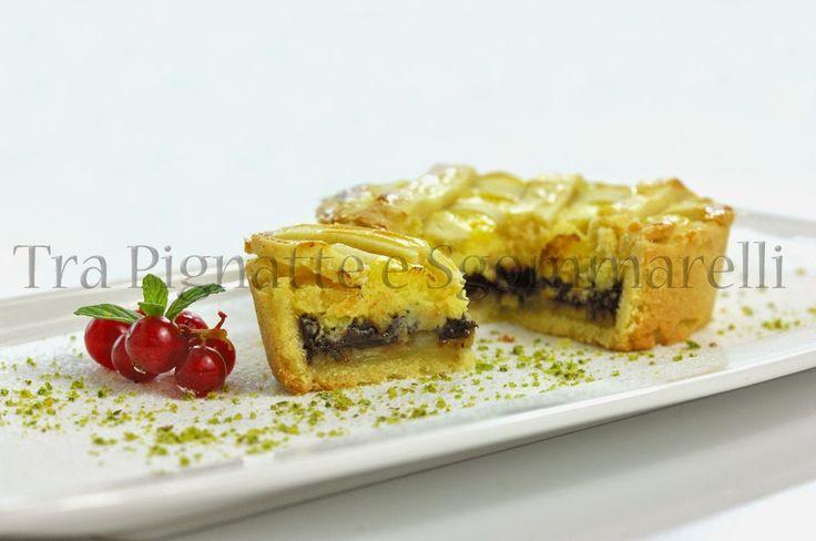Torta di frolla con crema pasticcera, banane caramellate e gocce di cioccolata