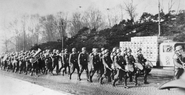 Tyske tropper marsjerer innover Drammensveien i Oslo 9. april 1940. Soldater med trommer går først.