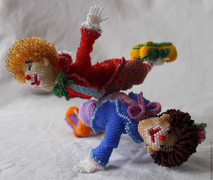 Купить Игрушка из бисера Клоуны - комбинированный, клоуны, чешский бисер, шарнирная кукла, красный, разноцветный