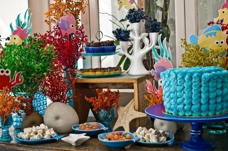Com peixes e outros animais de papel, flores naturais de cores variadas e louças de porcelana e de vidro, Kika Duarte, da Auguri  Festas (www.augurifestas.com.br), criou a decoração de uma festa de aniversário com tema fundo do mar