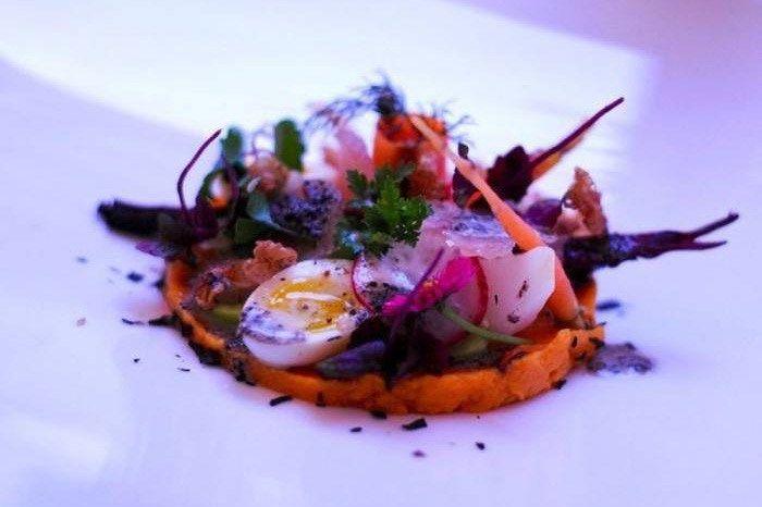 Salat von feinem Sommergemüse mit Wachtelei und knusprigem Kaninchen