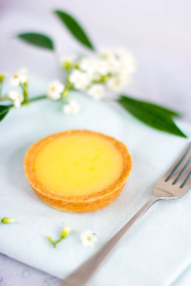 Lemon meringue taartlijkt de all time favorite van iedereen te zijn. Maar niet van mij. Mijn voorkeur gaat uit naar een klassieke tarte au citron. Een simpel, maar heerlijk gebakje uit de Franse patisserie. Met een perfect in evenwicht tussenzoet, zuur, zacht en een crunch. Ideaal bij een high tea, heerlijk bij een glaasje prosecco, …