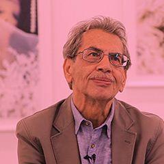 کامبیز درمبخش در سال ۱۳۲۱ در شیراز به دنیا آمد و فارغالتحصیل هنرستان هنرهای زیبای تهران است. او در کنار بیش از 60 نمایشگاه انفرادی و جمعی در داخل و خارج از ایران و همچنین جوایز بینالمللی معتبری که در زمینهی کاریکاتور کسب کرده، دارای نشان شوالیه از دولت فرانسه در آبان سال ۱۳۹۳ است.