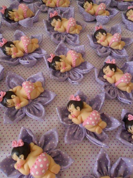 Lembrancinha - bebê em biscuit na flor de tecido