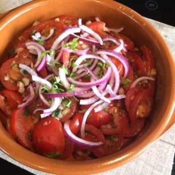 Gemarineerde tomatensalade. Tomaten gemarineerd in een heerlijke dressing en dan…