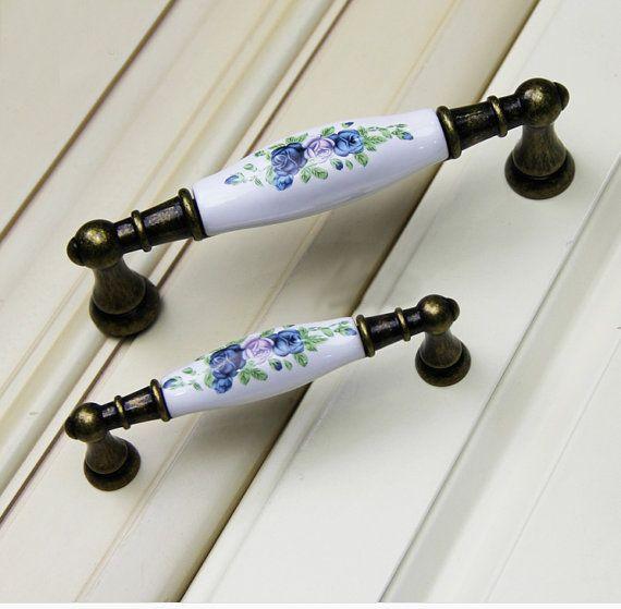 5» 3,75» poignée en céramique Pull bouton tire poignées / armoires de cuisine Pull manche boutons meubles matériel WM693  Mesure de la grande poignée : Longueur : 5,85(149mm) Largeur: 1(25mm) (Centre) despacement des trous: 5(128mm) Lorsqu'il est installé les bouton bâtons 1.75(45mm)  Mesure de la petite poignée : Longueur : 4,35(111mm) Largeur : 0,75 po (19mm) (Centre) despacement des trous : 3,75(96mm) Lorsqu'il est installé les bouton bâtons 1,34(34mm)  Matériel : alliage de zinc Le...