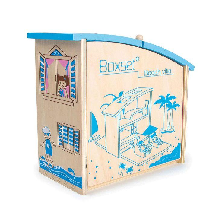 """Het inklap huis """"Caribic"""" is weinig ruimte innemend en heel praktisch op reis: De bont bemaalde hout koffer toont een op twee kanten bespeelbaar interieur. Het is een vakantie huis voor kleine buigpoppetjes! Vlug opgebouwd, kunnen de poppetjes op twee etages in huis en buiten, aan het strand hun vakantie genieten. Met schattige woon accessoires, poppenmeubels en praktische uitsparingen in het deksel handig om mee te nemen."""