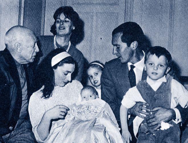 Bautizo de Paola Dominguín (en brazos). De izquierda a derecha: Pablo Picasso, Lucía Bosé, Jacqueline Picasso, Lucía Dominguín, Luis Miguel Dominguín y Miguel Bosé. ARCHIVO. La tata Reme, la mujer a la que Lucía Bosé 'robó' presuntamente un Picasso | loc | EL MUNDO