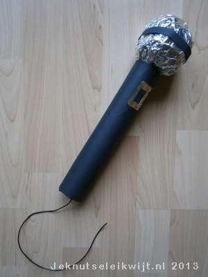 Deze microfoon surprise is leuk voor iemand die van zingen houdt. Er kan alleen niet een heel groot sinterklaaskadootje in. Je maakt de microfoon met een lege keukenrol en een prop oude kranten.  Verstop je sinterklaaskadootje in de lege keukenrol en beplak de keukenrol met zwart papier. Maak een prop van een oude krant en vouw daar aluminiumfolie omheen. Plak een zwarte strook papier over de aluminiumbol en plak de bol vast op het handvat van de microfoon. Je kunt met een stukje…