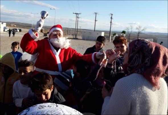 Ο Άγιος Βασίλης μοίρασε δώρα σε παιδιά-πρόσφυγες στο Κουτσόχερο  ΦΩΤΟ