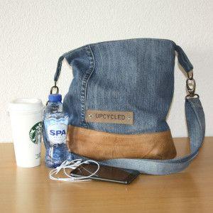 Een oude spijkerbroek en leer van een bankstel. Samen een nieuwe tas. Te koop op Upcycled.nl