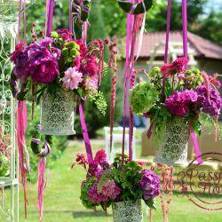 Ślub plenerowy- kwiaty na pergoli