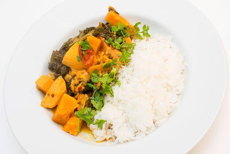 Herlig indisk gryterett med søtpotet, grønnkål og kokosmelk. Kanskje ikke så pen å se på – men veldig god på smak! Søtpotet og grønnkål er en av mine absolutte favoritter, og her får de selskap av indiske krydderier i en tomatisert kokossaus. kjempegodt med ris og koriander til (om du liker koriander), du kan også …