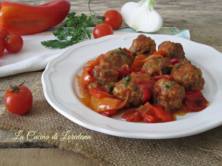 Morbide e squisite le polpette al sugo di peperoni, semplici da preparare ed irresistibili da mangiare accompagnate da una buona fetta di pane