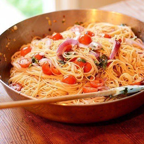 Фото к рецепту: Паста с томатами, базиликом и чесноком