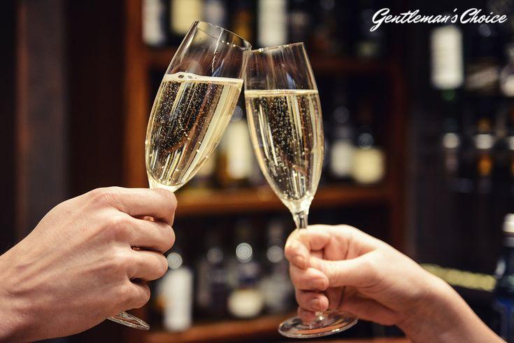 Jak prawidłowo wznosić toast?  alkohol/ szampan/ toast/ kieliszki/ sylwester/ przyjęcie