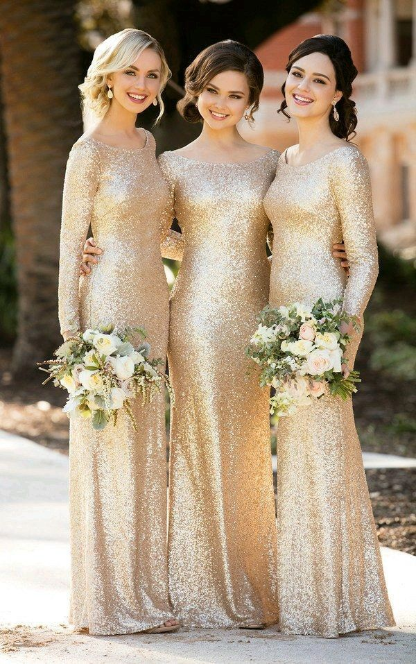 Para las damas de honor, vestido dorado de manga larga.