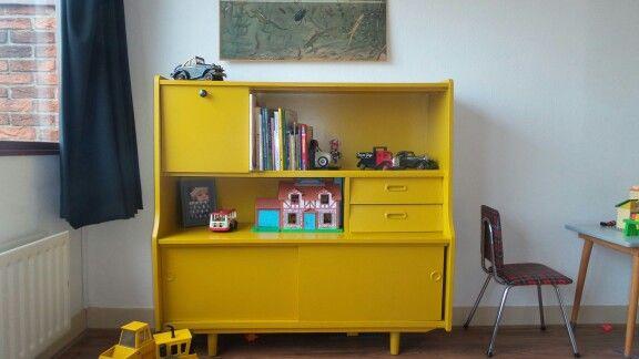 retro kast. kastje uit jaren 60 geverft met flexa retro vibe zijdeglans / retro vintage closet.