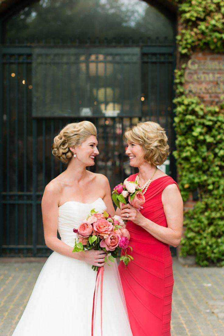 mãe da noiva com vestido vermelho e maquiagem leve