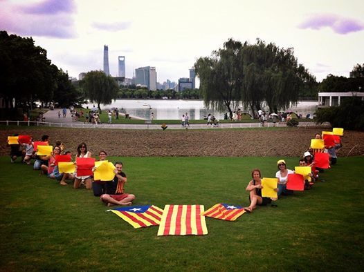 As far as China... the V in #Shangai #VoteCaralonia #9N2014 #laVdelaDiadaAlMon  La V al Century Park de Shanghai! Ara es l'hora! Foto de David Oliete.