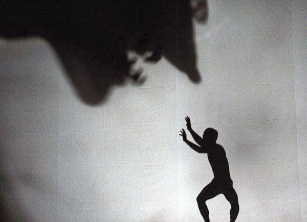 """""""Lembre-se (...) e quando estamos no escuro pelo menos não temos sombra."""" http://www.istoe.com.br/reportagens/203946_O+ALIVIO+DA+ANSIEDADE  ;  http://drauziovarella.com.br/letras/t/toc-transtorno-obsessivo-compulsivo/  sombras.jpg (600×435)"""