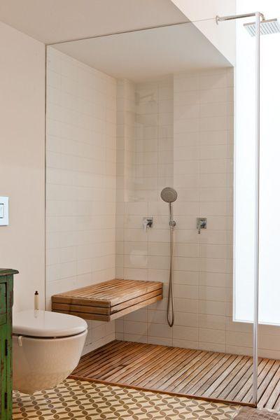 מקלחון עץ מרווח עם ספסל ישיבה