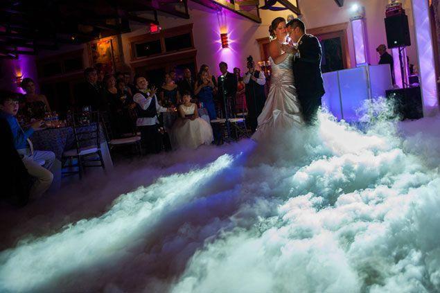 Nebel auf der Tanzfläche sieht aus wie Schnee auf den Bildern. Eine tolle Idee für einen Winter …   – Wedding