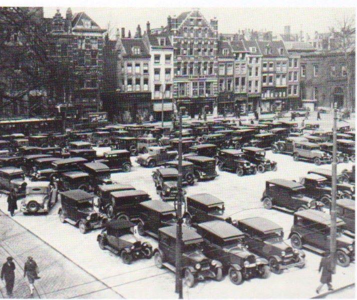 Een van de eerste parkeerplaatsen in Rotterdam. Op deze plek aan het Beursplein, vlakbij het huidige station Blaak, stond eerst het postkantoor. Het postkantoor ging in 1929 tegen de vlakte. De foto is in 1930 gemaakt door F.H. van Dijk.