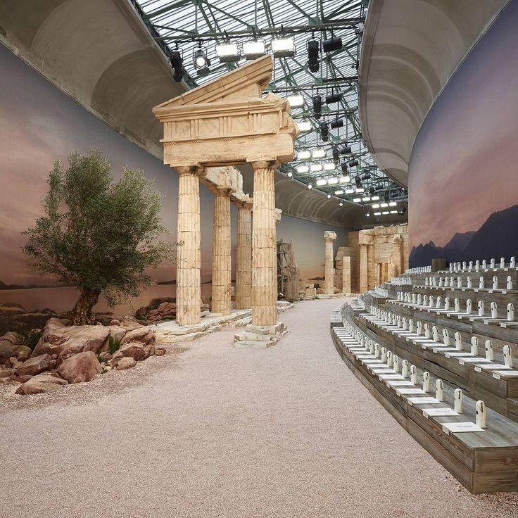 Ύμνος στην Αρχαία Ελλάδα από τoν Chanel - Κίονες, μαίανδροι και αρχαίες θεές στο Παρίσι  | LiFO
