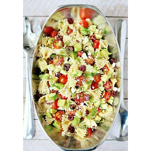 DELICIOSA PASTA para acompañar la pechuga de pollo o de pavo, también para unos filetes de pescado. ☝Añade pasta de moñitos , aceitunas negras, tomate cherry y un poco de aceite de oliva. ✌Salpimentar y añadir cilantro fresco, al final aguacate y queso fresco. Si te gustan los sabores fuertes alíñalo con vinagre balsámico.