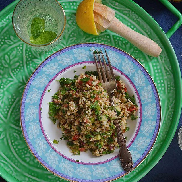 Sałatka arabska Tabbouleh:     *1 szkl. suchej kaszy bulgur     *1/2 dużego pęczka natki pietruszki    *1/2 pęczka mięty    *1 ząbek czosnku   *sok z 1 cytryny   *2 średnie pomidory malinowe    *1 długi ogórek     *1/2 papryki zielonej    *1/2 cebuli czerwonej słodkiej    *1/3 szkl. oliwy z oliwek    *sól, pieprz