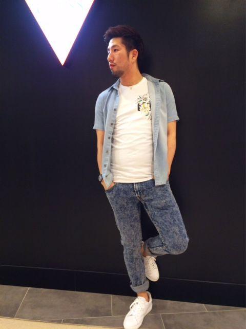 スリムフィットTシャツが新作入荷!!! 胸元にお花のデザインが可愛い1枚♪ ブルーのシャツを合わせて夏らしいカジュアルコーデに!!  シャツ¥7,900+TAX  Tシャツ¥3,900+TAX デニム¥16,900+TAX