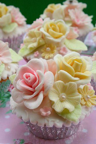 beautiful  #cupcakes: Yellow Flowers, Decor Cupcakes, Flowers Cupcakes, Idea, Yellow Rose, Floral Cupcakes, Flower Cupcakes, Cakes Flowers, Cups Cakes