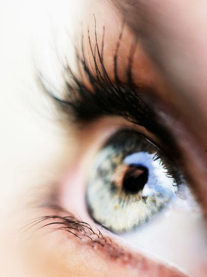 Lange, voluminöse Wimpern? Kein Problem, wir haben uns die Tipps und Tricks angeschaut, wie ihr euer Wimpernwachstum anregen könnt.