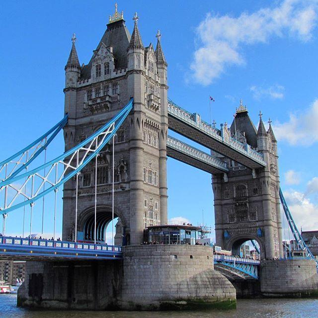 📍Londres - Inglaterra 🇬🇧A Tower Bridge construída sobre o rio Tâmisa, foi inaugurada em 1894 pelo Príncipe de Gales, Edward VII. Sua arquitetura segue os traços da da Torre de Londres e, atualmente, é um dos pontos turísticos mais visitados da cidade, além de ser conhecida como uma das pontes mais famosas do mundo. Ela possui 224 metros de comprimento e duas torres, cada uma com 65 metros de altura. Mais um passeio imperdível em Londres! 😉😉😉…