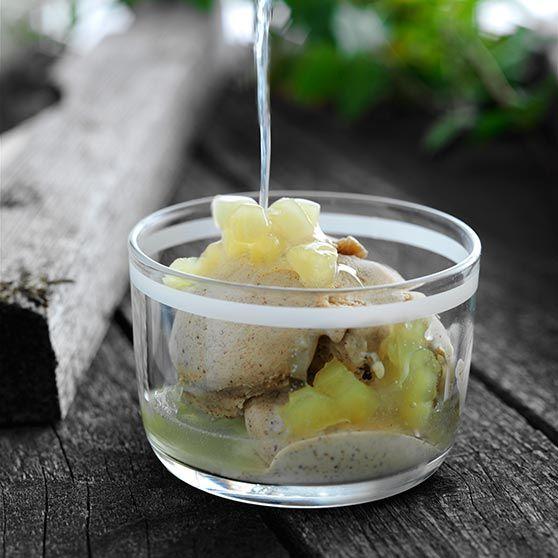 Kanelijäätelöä omenakastikkeen kera