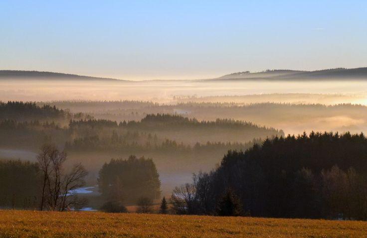 Žďárské vrchy, krajina z vrchu U Oběšeného (737 m n.m.) SZ od Svratouchu (kraj Pardubický, chráněná krajinná oblast) za inverzního počasí.