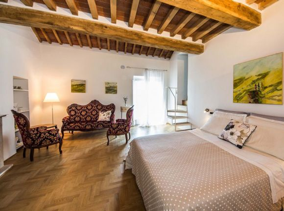Bed and breakfast Massa Marittima in a 13th century palace in the historic heart of this beautiful medieval and Renaissance Tuscany town.