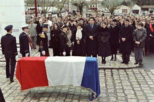 Mort le 8 janvier 1996 de l'ancien président de la République François Mitterand dans son domicile parisien du 7ème arrondissement.  L'enterrement de François Mitterrand, le 11 janvier 1996, à Jarnac (Charente). Au centre, portant une écharpe blanche, Danielle Mitterrand, son épouse. A droite, la fille cachée de l'ancien président, Mazarine, et sa mère, Anne Pingeot. DERRICK CEYRAC / AFP