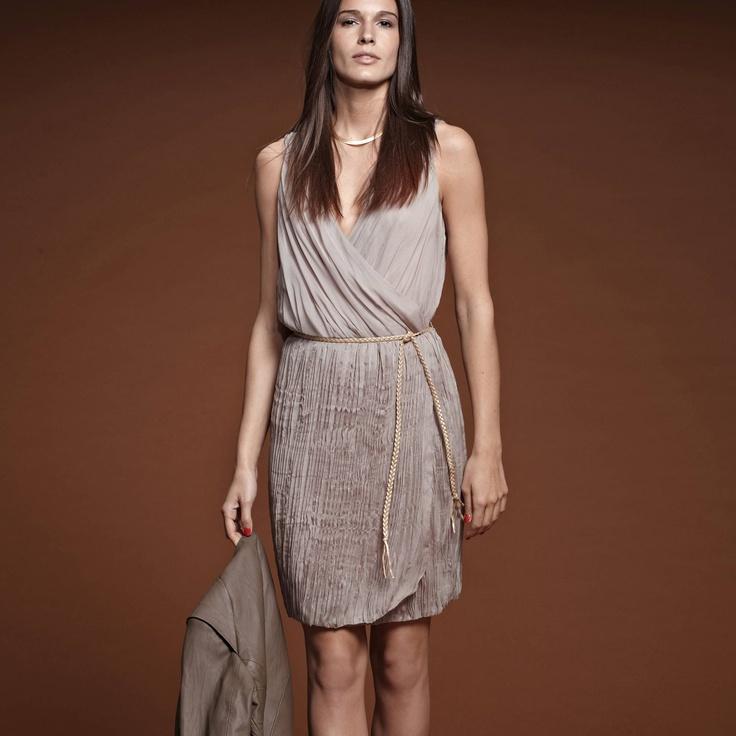 Rochie plisata disponibila pe gri taupe si negru. Cusătură elastică la talie - Bază plisată formă gogoşar - Lungime aprox 95 cm.