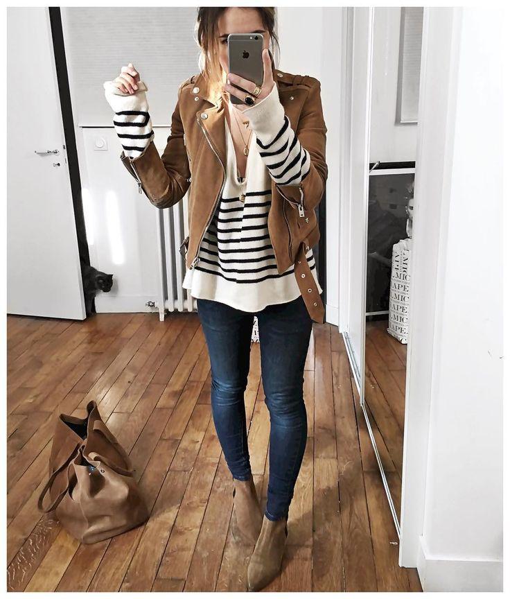 Camiseta a rayas + chaqueta marrón + Jeans + botines marrones + cartera marrón
