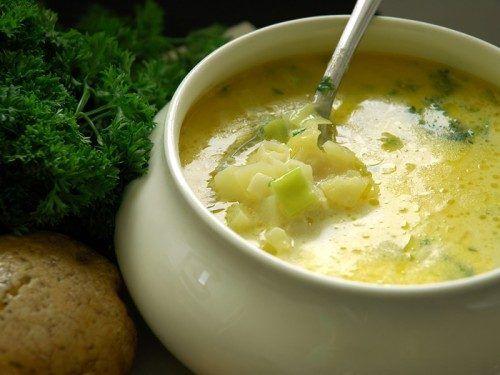 Весна – самое время укреплять иммунитет, если не хочется болеть. Помочь в этом могут не только витаминные комплексы, но и различные блюда, например, чесночный суп.