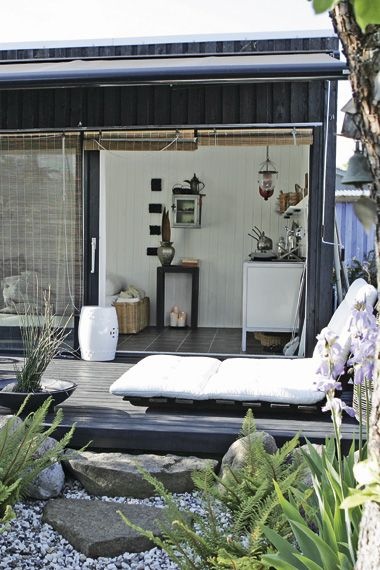 love the blinds and the futton-esque lounger/chaise.  minimalism for the patio and deck