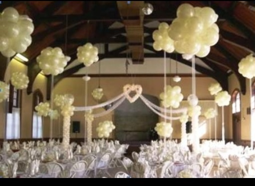 Balloon centerpiece balloon chandelier blackdrop for Balloon decoration ideas for weddings