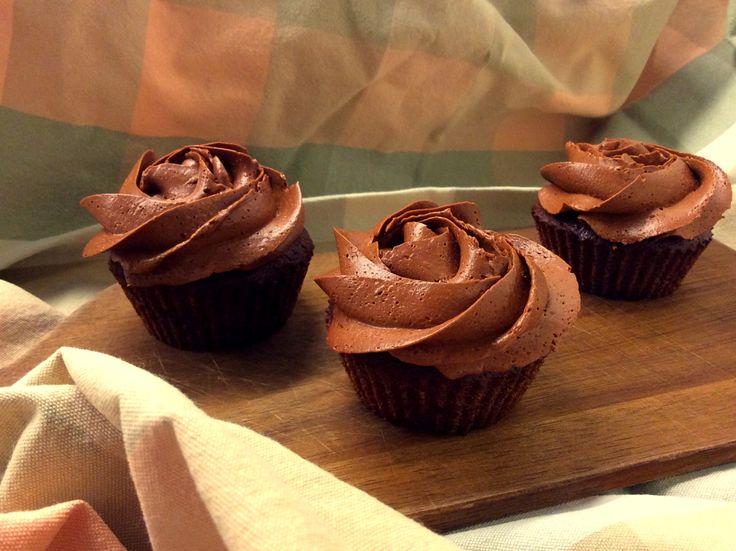 Kakaové cupcakes z kokosové mouky s kakaovo-žloutkovo-máslovým krémem