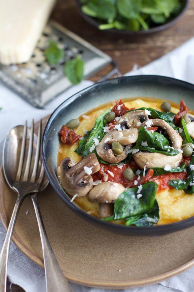 Polenta crémeuse, sauce tomates à l'ail et poêlée de champignons, épinards.